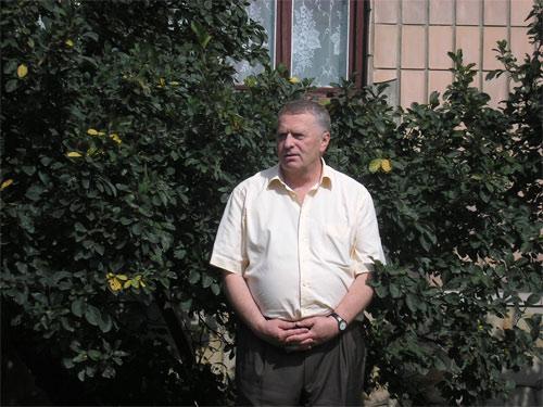 Володимир Жириновський на місті будинку своєї родини під час відвідин Костополя
